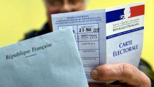 ©PHOTOPQR/L'EST REPUBLICAIN ; POLITIQUE LE 04/05/2016 L'élection présidentielle se tiendra les 23 avril et 7 mai 2017 ARCHIVES REGIONALE - DEUXIEME TOUR DES ELECTIONS REGIONALES DES 6 ET 13 DECEMBRE 2015 - GRANDE REGION EST - ALCA - ACAL - ALSACE CHAMPAGNE ARDENNE LORRAINE - CANDIDAT - ELECTEUR - ELECTEURS - ELECTRICE - ELECTRICES - CARTE ELECTORALE - VOTE. Nancy 13 décembre 2015. Une personne sa carte électorale et son bulletin de vote près d'une urne lors du second tour des élections régionales du Grand Est. PHOTO Alexandre MARCHI. (MaxPPP TagID: maxnewsworldfour019973.jpg) [Photo via MaxPPP]